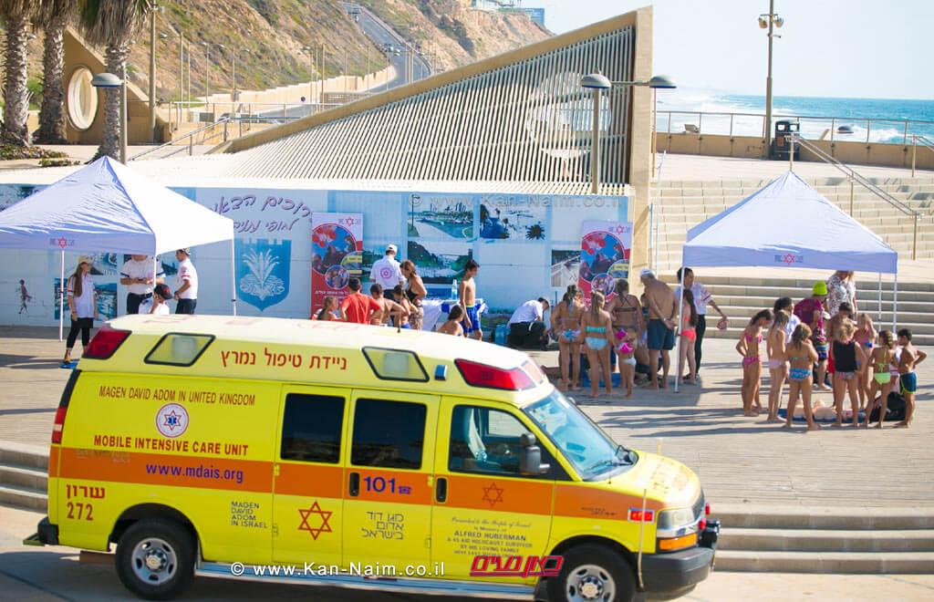 מגן דוד אדום מעניק הדרכת החייאה לציבור הרחב ולתיירים הצרפתיים בחוף סירונית בעיר נתניה | צילום: יקיר קרשביץ, תיעוד מבצעי מדא