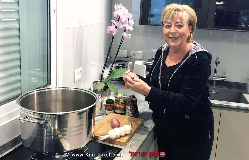 ראש העיר נתניה הגב' מרים פיירברג איכר, מגישה מתכון להכנת חמין/ג'ולנט
