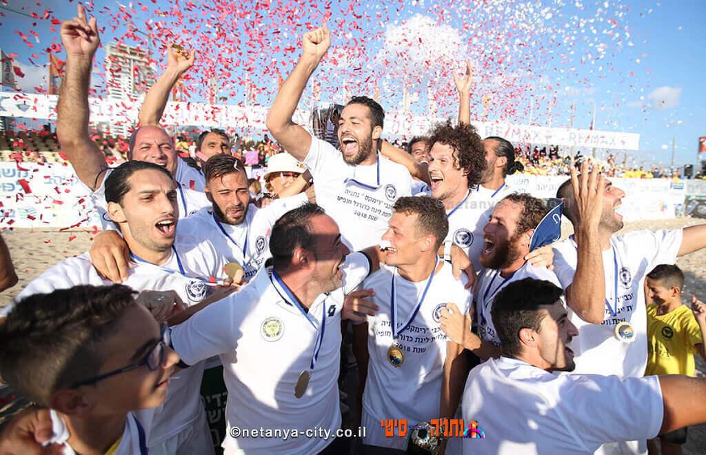 כדורגלני מכבי רימקס נתניה, אלופי ליגת בנק יהב בכדורגל חופים לשנת 2018| צילום: סטראבו
