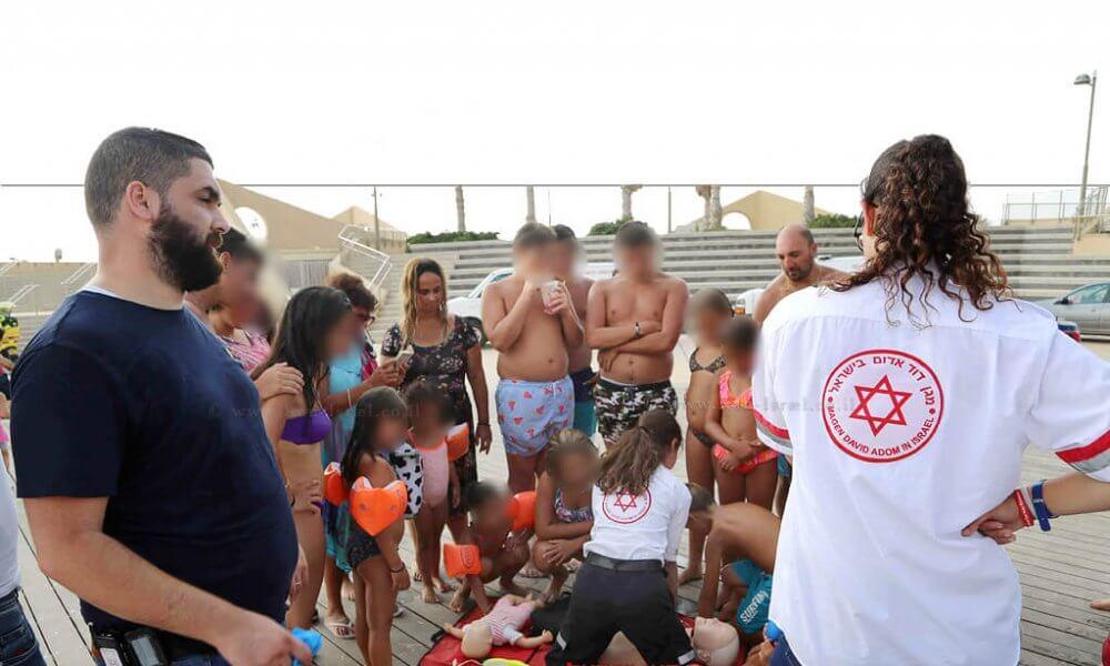 צוותי מגן דוד אדום מדריכים החייאה לרוחצי חוף סירונית בעיר נתניה   צילום אילן עזריה, דוברות מדא