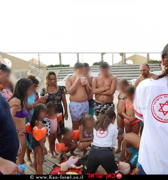 צוותי מגן דוד אדום מדריכים החייאה לרוחצי חוף סירונית בעיר נתניה | צילום אילן עזריה, דוברות מדא